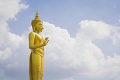 Buddha dorato su cielo blu Immagini Stock Libere da Diritti