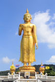 Buddha dorato su cielo blu Fotografia Stock Libera da Diritti