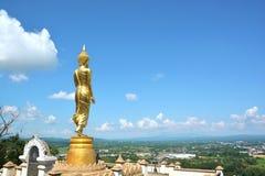 Buddha dorato sulla montagna con cielo blu a Wat Phra That Kao Noi fotografia stock libera da diritti