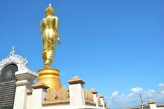 Buddha dorato sulla montagna con cielo blu a Wat Phra That Kao Noi immagini stock libere da diritti
