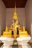 Buddha dorato in tempiale buddista Fotografia Stock