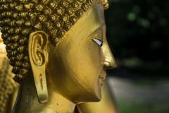 Buddha dorato in tempiale tailandese Fotografia Stock