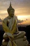 Buddha dorato in tempio di Wat Tham Sua, Krabi, Tailandia Fotografia Stock Libera da Diritti
