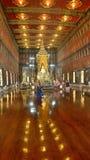Buddha dorato in tempio santo e luminoso Fotografia Stock