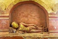 Buddha dourado de reclinação fotos de stock royalty free