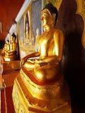 Buddha dourado em torno da porta do templo tailandês Foto de Stock Royalty Free