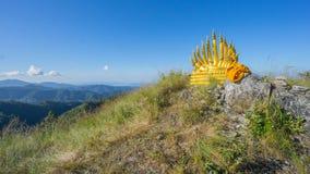 Buddha e naga su catena montuosa immagine stock libera da diritti
