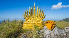 Buddha e naga su catena montuosa immagini stock