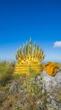 Buddha e naga su catena montuosa immagini stock libere da diritti