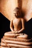 Buddha in einer Meditationshaltung, unter Schutz des Muchalinda stockbilder
