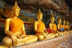 Buddha en el fondo de piedra en cueva Imágenes de archivo libres de regalías