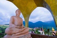 Buddha en una montaña hermosa en Tailandia Foto de archivo