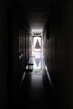 Buddha am Ende einer dunklen Halle Stockfotos