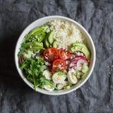 Buddha för Couscous och för nya grönsaker bunke Banta, matbegreppet, sunt Cous Cous, vaktelägg, tomater, rädisa, arugula, avokado Arkivbilder