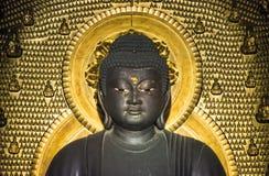 Buddha för guld- bakgrund för Buddhastaty små arkivbilder