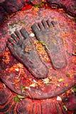 Buddha-Füße mit Angeboten. Nepal Stockfoto