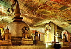 Buddha farba w Dambulla i statua Zawalamy się świątynię Obraz Stock