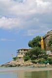 Buddha, fartyg, berg och himmel Royaltyfri Fotografi