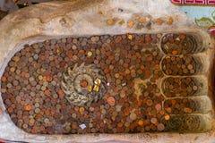 Buddha fotspår och mynt Royaltyfria Bilder