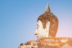 Buddha głowa przeciw błękita jasnego niebieskiemu niebu Obraz Stock