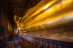 buddha guld- reclining staty Arkivbilder