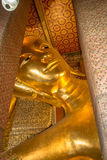 buddha guld- reclining staty Royaltyfri Fotografi