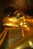 buddha guld- reclining staty royaltyfri foto