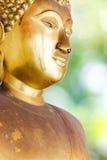 Buddha guld- staty. Arkivfoto