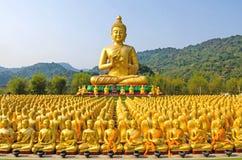 buddha guld- staty arkivbild