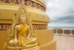 buddha guld- staty Krabi Tiger Cave Temple Fotografering för Bildbyråer