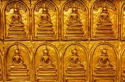 buddha guld- vägg Royaltyfri Bild