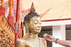 buddha hällande staty som ska waters Royaltyfri Fotografi