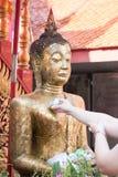 buddha hällande staty som ska waters Arkivfoto