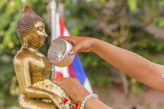 buddha hällande staty som ska waters Royaltyfri Bild
