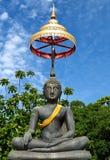 Buddha ha coperto in panno arancio che sale nel cielo blu Immagini Stock Libere da Diritti