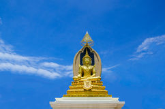 Buddha i blå sky Royaltyfria Bilder