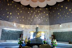 Buddha i Chedi av konungen Tower på den Doi Inthanon nationalparken Arkivfoto