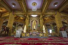 Buddha i det guld- rummet Arkivfoto