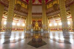 Buddha i det guld- rummet Royaltyfri Fotografi