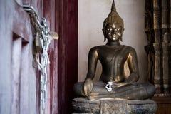 Buddha i en tempel Thailand Arkivbild