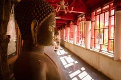 Buddha i en tempel Thailand Arkivfoton