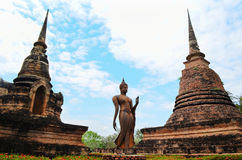 Buddha i forntida tempel Arkivfoto