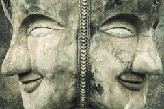 Buddha i krekingowa betonowa ściana obrazy stock