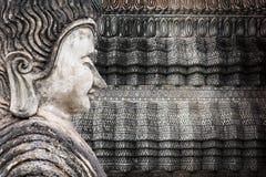 Buddha i krekingowa betonowa ściana zdjęcia royalty free