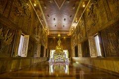 Buddha i teakträträ Royaltyfri Bild
