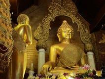 Buddha i thailändsk kyrka Arkivbild