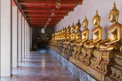 Buddha i Wat Phrachetuphon Wimonmangkhalaram Ratchaworamahawiha Arkivbilder