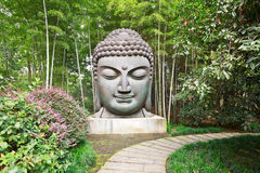 Buddha im Bambuswald Stockfotos
