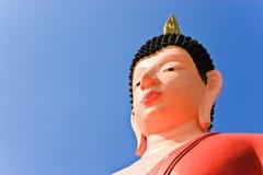 Buddha-immagine e fondo del cielo blu fotografia stock