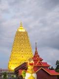 Buddha Khaya stupa, złota pagoda przy Wata Wang Wi Weh Karam w Sa Obrazy Royalty Free